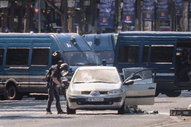 Kuvassa näkyy ilmeisesti hyökkääjän käyttämä auto.