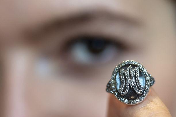 Myös tämä Marie Antoinettelle kuulunut timanttisormus myytiin keskiviikkona.