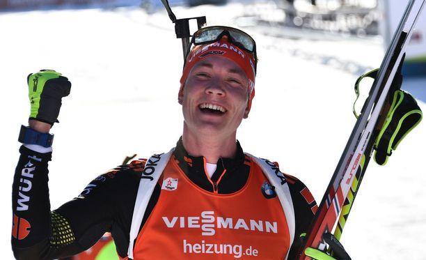 Saksan yllättäjä Benedikt Doll tuuletti pikamatkan MM-kultaa Itävallan Hochfilzenissä.