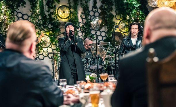 Aki Tykki versioi Iholla-kappaleen Happoradion kanssa.