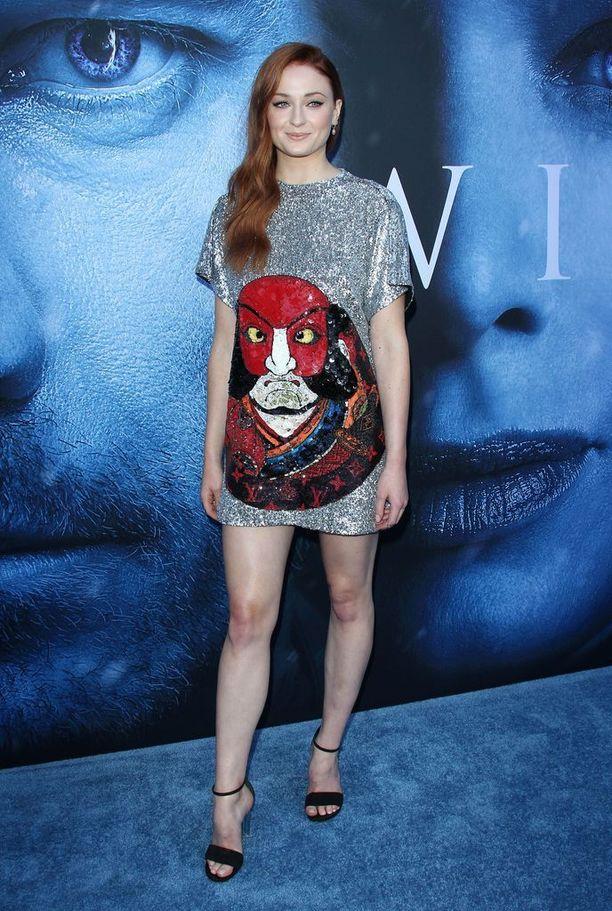 Sophie Turner puhuu rohkeasti ulkonäköpaineista. Turner seurustelee Disney-komistus Joe Jonasin kanssa.