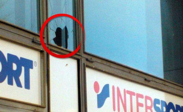 Onnettomuudessa lennelleet murikat rikkoivat ikkunoita.