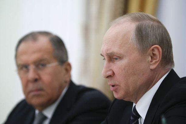 Venäjän presidentti Vladimir Putin rinnallaan ulkoministeri Sergei Lavrov.