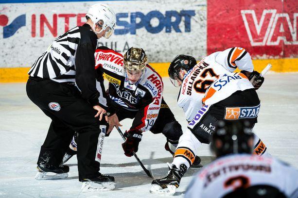 Runkosarjan lopuksi jyväskyläläisten kultakypärää hallinnoi Antti Suomela, joka on tässä aloituksessa vastakkain HPK:n Severi Sillanpään kanssa.