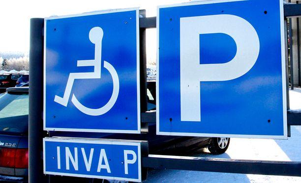 Reumaliiton viestintäpäällikkö Riitta Katko toivoo, että ihmiset ymmärtävät sairaiden ihmisten tarpeen invapaikkoihin, eivätkä muut parkkeeraa niihin.