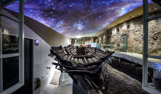 Keskiaikaisen rahtilaivan hylkyä pääsee katsomaan museossa eri puolilta. Sen konservoinnissa oli mukana suomalaisia osaajia.