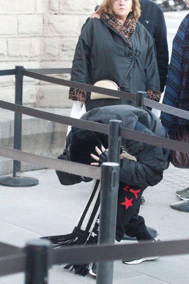 Madonna luikahti jonossa köysien ali.