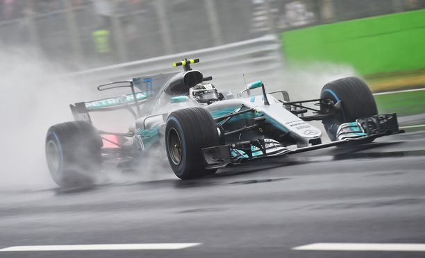 Valtteri Bottas ampaisee Monzan radalle neljännestä lähtöruudusta.