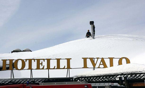 Hotelli Ivalossa syttyi nokipalo maanantai-iltana. Kuva vuodelta 2013, jolloin palomiehet niin ikään sammuttivat nokipalon.