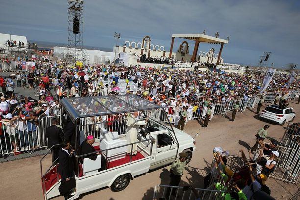 Paavi sai vastata epämiellyttävään kysymykseen, kun hän nousi autostaan Iquiquessa Chilessä torstaina.