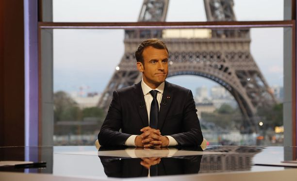 Kuvassa Ranskan presidentti Emmanuel Macron poseeraa toimittajille ennen BFM:n tv-haastattelun alkua sunnuntaina 15.4.2018.