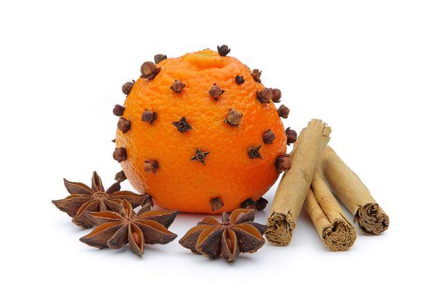 Vältä viemästä allergiselle tai tuoksuyliherkälle lahjaksi maustepusseja tai koristamasta joulupöytää appelsiinilla, jonka kuori on pistelty täyteen neilikoita.