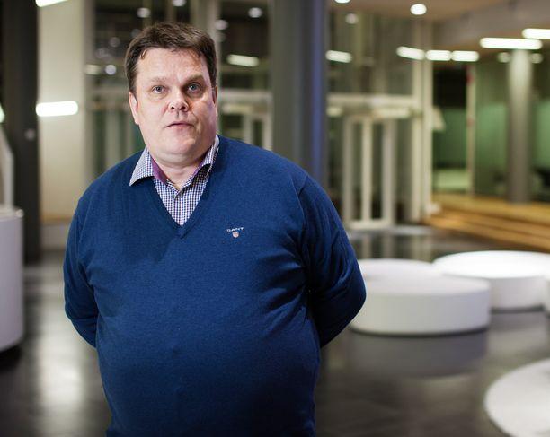 - Suomessa demokratia on pienen eliitin omaisuutta, toteaa Jarmo Korhonen.