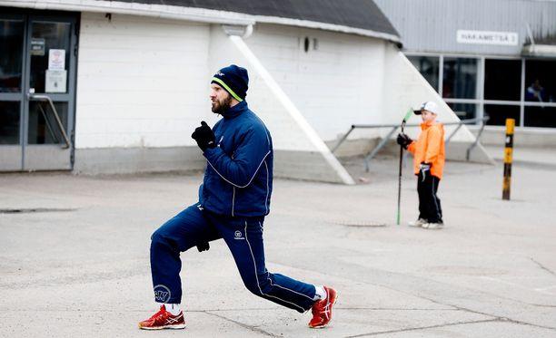 Markus Kankaanperä teki välipäivän harjoituksia Hakametsän jäähallin pihalla sunnuntaina.