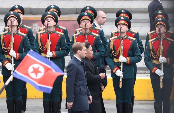 Pohjois-Korean johtaja tarkasti kunniakaartin saavuttuaan Vladivostokin rautatieasemalle.