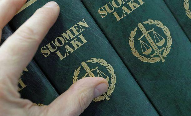 Tuomareiden on suotavaa tutustua lakikirjoihin, mutta asianosaisten muistiinpanoihin he eivät saa koskea. Kuvituskuva.