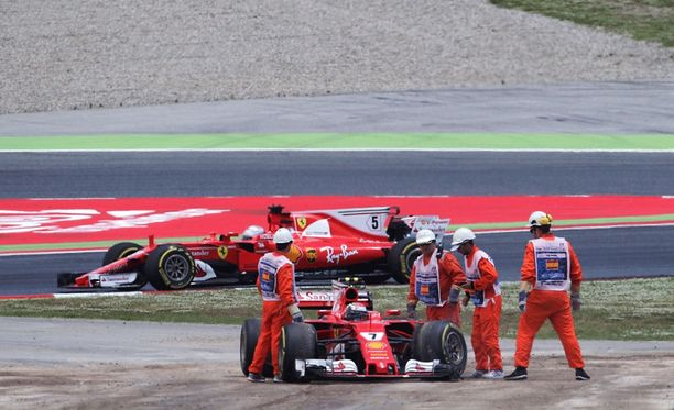 Kimi Räikkösen kisa päättyi pettymykseen heti startissa.