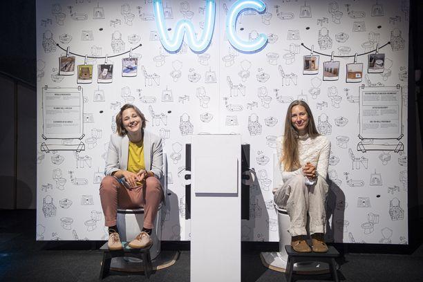 Saksalaiset Giulia Enders (vas.) ja Jill Enders tulivat Suomeen Heurekan Suoliston salaisuus -näyttelyn avajaisiin. Näyttely perustuu siskosten menestysteokseen.