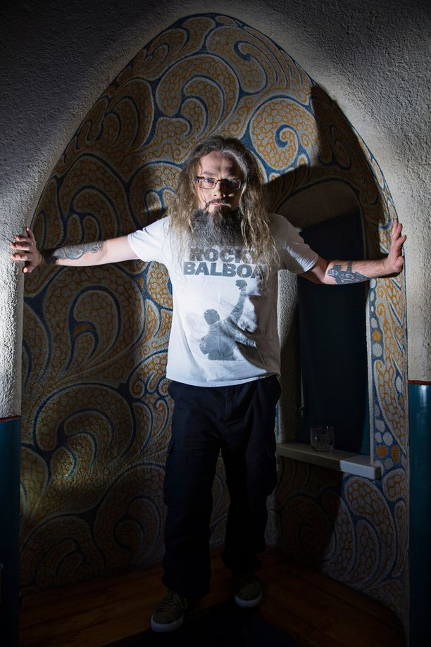 Mokoman Marko Annala teki Miialle ensimmäisenä sinkkuna julkaistun Korulipas-kappaleen.