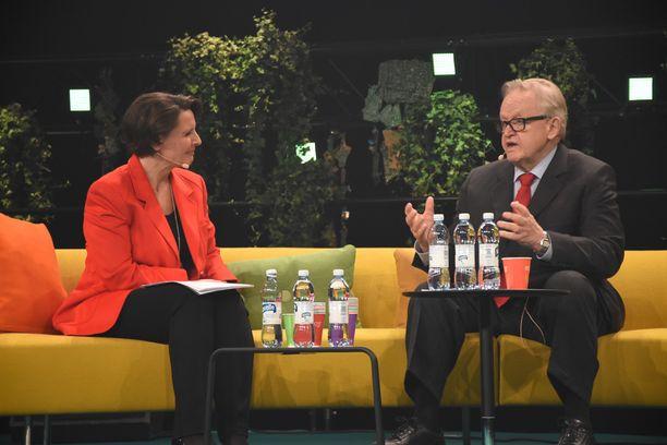 Anne Berner ja Martti Ahtisaari juttelivat tuttavalliseen sävyyn. Berner kertoi tilaisuuden jälkeen, että Ahtisaari on hänen esikuvansa.