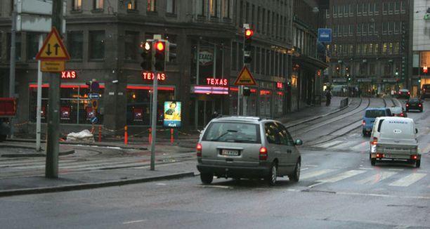 Autoilija ajoi punaisia päin Helsingin keskustassa Mikonkadun ja Kaivokadun risteyksessä vuonna 2007.
