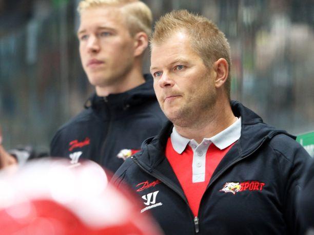 Ari-Pekka Pajuluoma toimii ensimmäistä kauttaan päävalmentajana SM-liigassa.