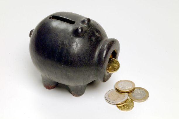 Asiakkaista saattaa helposti tuntua, että pankki kyttää hänen rahojaan. Kuvituskuva.