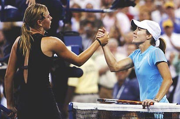 Maria Sharapova kätteli Justine Henin-Hardennea ottelun jälkeen.