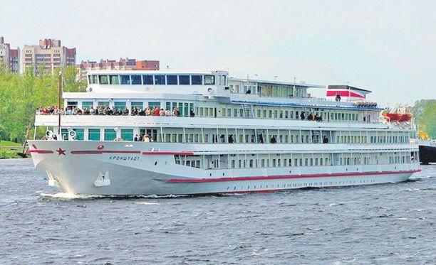 M/S Krohnstadt toimii MM-kisojen ajan Leijonalaivalla Neva-joella lähellä Jubileinyi-hallia.