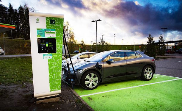 Jaguar I-Pacea pystyy lataamaan 100 kW:n teholla Suomen ensimmäisellä suurteholatausasemalla Lohjan ABC-liikennemyymälän yhteydessä.