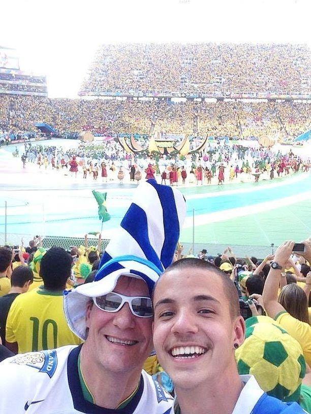 Isä ja poika nauttivat MM-tunnelmasta paikan päällä.