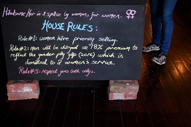 Kahvilan säännöissä lukee, että se on paikka naisille naisilta.