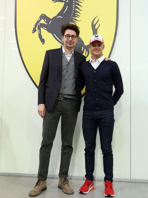 Mick Schumacher poseerasi Maranellossa Ferrarin tallipäällikön Mattia Binotton rinnalla akatemiakuljettajien ensimmäisenä työpäivänä 22. tammikuuta.