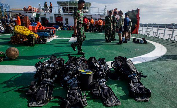 Sukeltajat valmistautuivat torstaina etsintätöihin Indonesiassa.