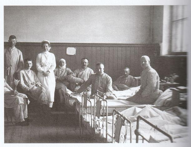 Ruth Munck sairaanhoitajana suomalaisten jääkäreiden luona Mitaussa.