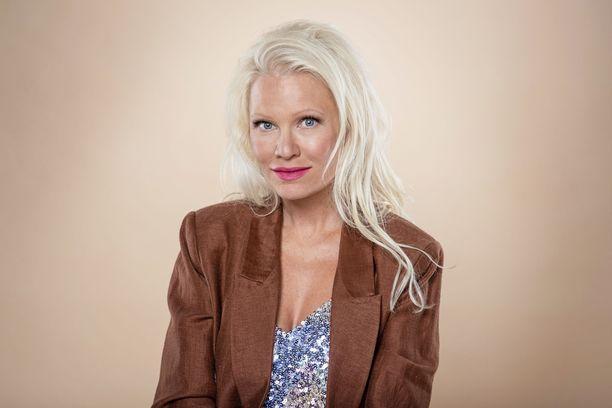 Linda Lampenius kertoo Twitterissä olevansa huolissaan siitä, kuinka Ruotsissa suhtaudutaan koronavirukseen.