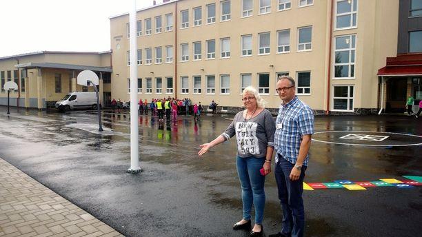 Rehtorit Jaana Selkilä ja Janne Viitala ovat pihamaalla kohdassa, johon salama iski voimalla ja jyrisi lujaa.