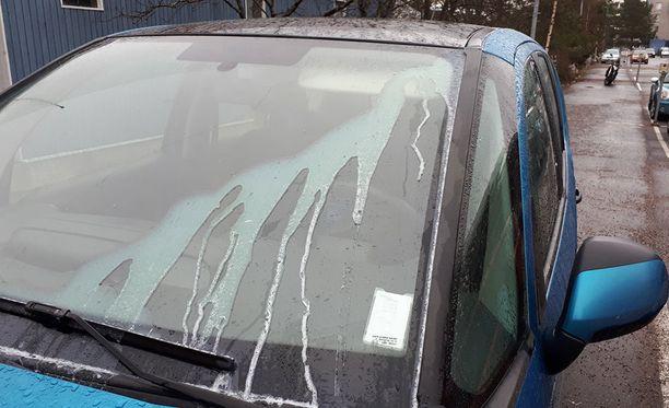 Auton tuulilasissa näkyvät kontaktiliiman jäljet paljastavat hurjat tuhot.