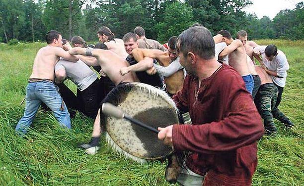 Pakanapappi rummutti tahtia, kun joukko venäläisiä uuspakanoita otti pakanallisesti mittaa toisistaan. Rituaalitaistelulla juhlistettiin ukkosenjumalan päivää Moskovassa.