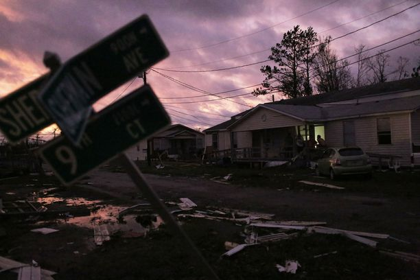Aurinko laski myrskytuhoista kärsineessä Floridassa lokakuussa.