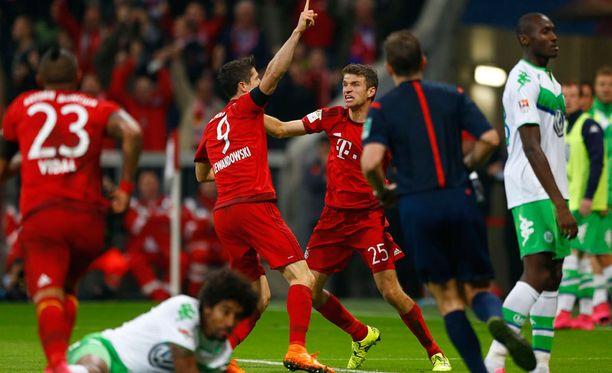 Bayernin Robert Lewandowski (numero 9) paukutti eilen viisi maalia Wolfsburgin verkkoon.