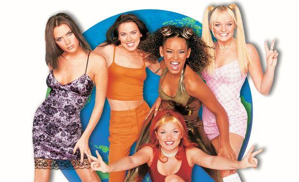 Nainen katseli kuvia vanhalta Spice Girls -keikalta. Vuosia vanhassa valokuvassa poseerasi hänen kanssaan supertähti.