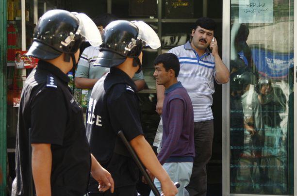 Kiinalaispoliisit partioivat uiguurialueella Urumqissa Kiinassa heinäkuussa 2009. Kuvituskuva.