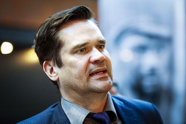 Ulkopoliittisen instituutin ohjelmajohtaja Mika Aaltola katsoo, että länsimaat ovat puuttuneet Venäjän näkökulmasta Venäjän intressien vastaisella tavalla maiden sisäisiin asioihin, mutta Aaltolan mukaan ihmisoikeusloukkauksiin ja sotarikoksiin on velvollisuus puuttua.