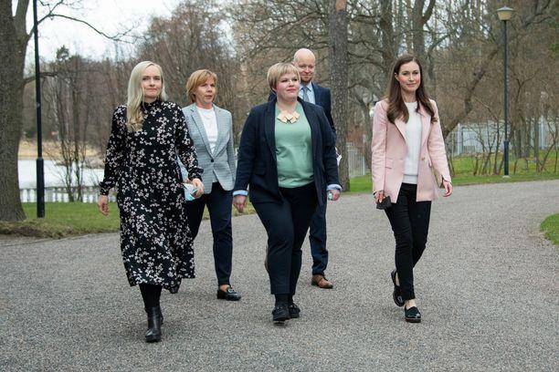 Hallitus kokoontuu tiistaina budjettiriiheen. Kuvassa hallitusviisikko kehysriihen jälkeen huhtikuussa. Jussi Saramo sijaisti tuolloin Li Anderssonia viisikossa, mutta nyt Andersson on palannut töihin.