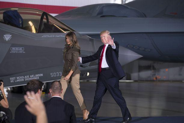 """F-35 on ollut presidentti Donald Trumpin lempilapsi. Hän on sanonut useaan kertaan, että hävittäjä on """"näkymätön"""". Tässä hän tutustuu hävittäjään vaimonsa Melanian kanssa Andrewsin lentotukikohdassa."""