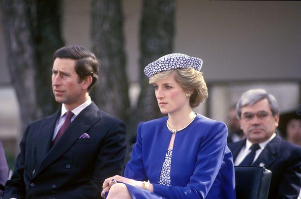 Prinsessa Diana perhoskorvakoruissaan vuonna 1986.