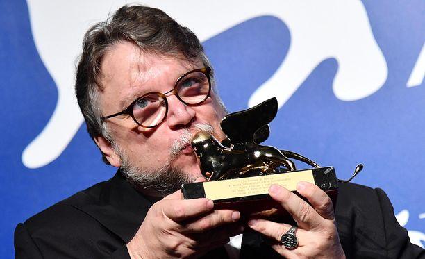 Meksikolaisohjaaja Guillermo Del Toro sai Venetsian elokuvajuhlien pääpalkinnon.
