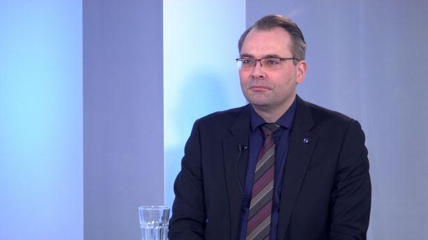Puolustusministeri Jussi Niinistöllä (sin) on edelleen hyvät välit perussuomalaisiin.