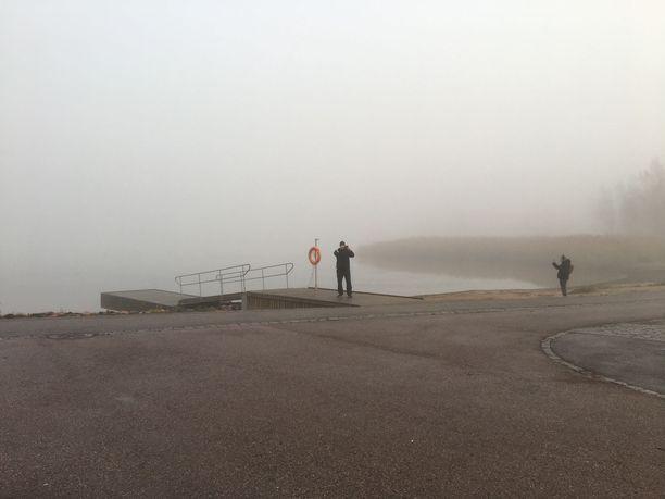 Tavallisesti Töölönlahdella näkyy pienen lahden toiselle puolelle selkeästi. Kuva on otettu kello yhdeksältä.
